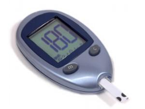 Der Endokrinologe verwendet ein Blutzuckermessgerät zur Kontrolle bei Diabetes