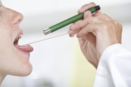 HNO-Arzt untersucht Patientin auf Laryngitis