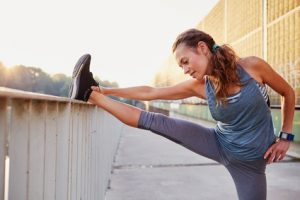 Vorbeugend sollten die Sehnen und Muskeln vor dem Sport aufgewärmt und gedehnt werden
