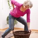 Ruckartiges Heben von schweren Lasten oder Fehlhaltungen können zur Diskushernie führen