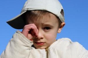 Kinder reiben mit schmutzigen Händen in den Augen und lösen so eine Konjunktivitis aus