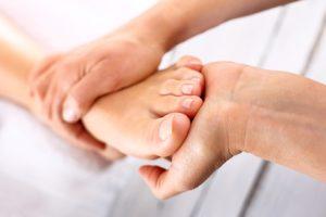 Aktive Fußpflege hilft ebenfalls einem Fersensporn vorzubeugen