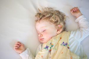 Das Baby soll auf dem Rücken in einem Schlafsacke schlafen