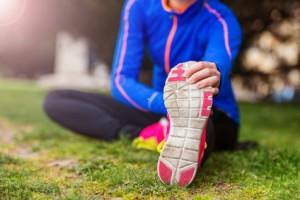 Der Orthopäde empfiehlt, sich vor dem Sport gut aufzuwärmen