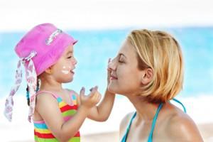 Der Dermatologe empfiehlt sich und insbesondere Kinder genügend vor Sonne zu schützen