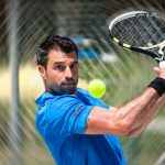 Druckschmerzen am äußeren Ellenbogen deuten auf einen Tennisarm hin